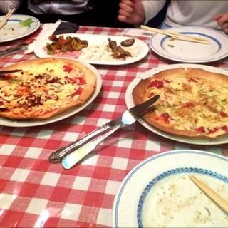 ベーコンのピザとガーリックのピザ