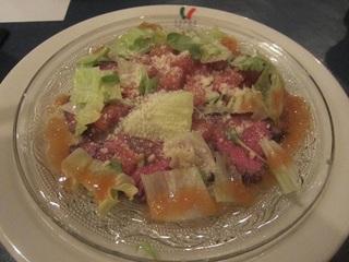 牛ロース肉のカルパッチョ・パルミジャーノとルーコラ添え