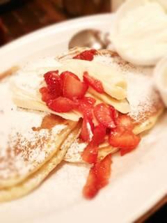 バビーズ サワークリームパンケーキ、苺&バナナ添え