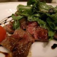 牛ロース肉のタリアータ ルーコラ