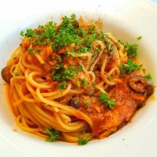 ツナとオリーブのプッタネスカ トマトベース