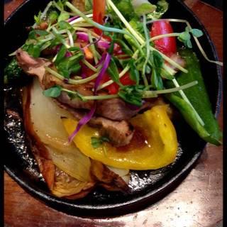 野菜とグリルを食べるランチ