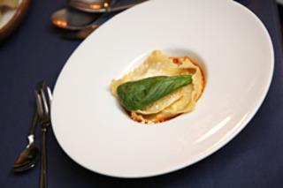 4種のチーズを詰めたラヴィオリ 完熟トマトソース