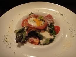 イタリア産生ハムと半熟卵のシーザーサラダ