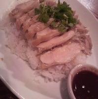 蒸し鶏のせ炊き込みご飯「カオ・マン・ガイ」