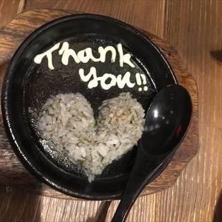 非売品。鉄板皿に残った地鶏の肉汁で炒飯をサービス。メガネのお兄さんの神対応。
