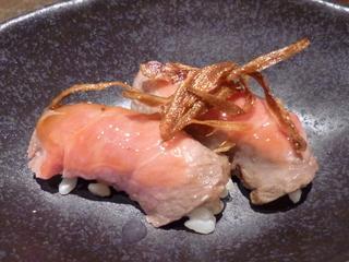 北海道クリームチーズと玄米酢飯 黒毛和牛のローストビーフ巻き