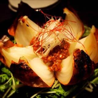 淡路産 たまねぎの黒花焼き 肉味噌がけ