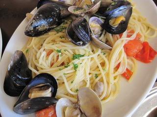 新鮮な貝類のスパゲティ ナポリ風