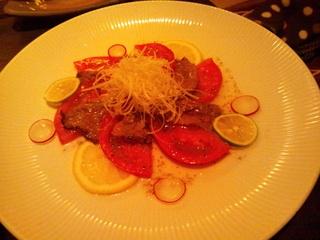 牛タタキとフレッシュトマトのカルパッチョ
