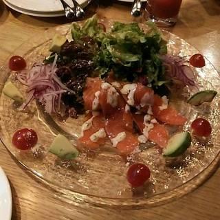 スモークサーモントラウトとアボカドのサラダ