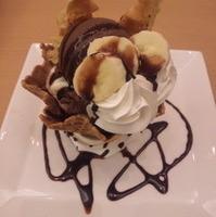 ビターチョコとバナナのワッフルコーンパフェ