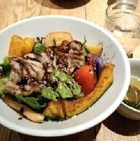彩り野菜と群馬県産せせらぎ豚のグリル丼