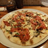ウンブリア産トリュフペーストとナポリの辛いサラミ3種のキノコのピッツア