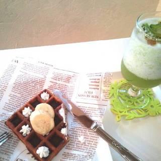 沖縄の黒糖のワッフルゴーヤスムージー