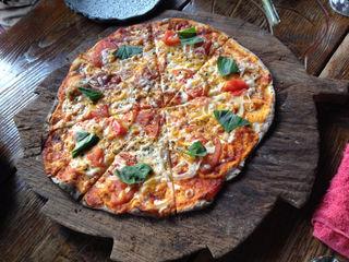 シラスとトマトのピザ