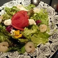アリスの手作りベーコンとトマトのサラダ