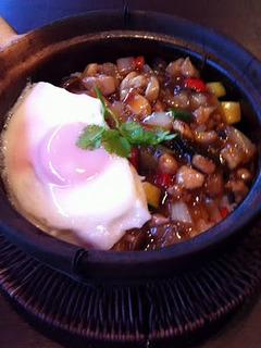 鶏肉のタイ風バジル炒め石焼飯