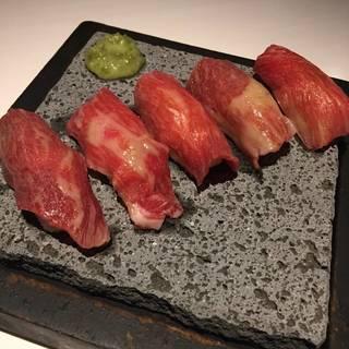 溶岩石の上で豪快に焼き上げる溶岩寿司