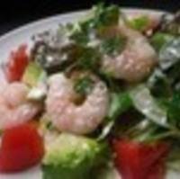 人気のアボカドと海老のサラダ