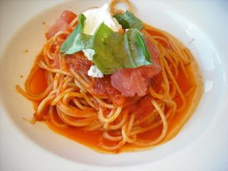 トマトとモッツアレラチーズのパスタ
