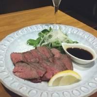 ドライエイジングの和牛もも肉のステーキ 赤ワインソース