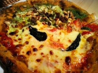 マルゲリータとジェノベーゼのピザ