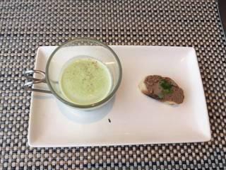 レバペーストのカナッペとグリンピースのスープ