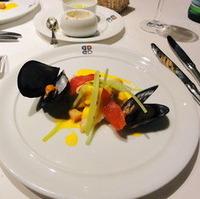 的鯛のソテー サフラン風味のムール貝のマリニエールと共に 爽やかな胡瓜とドライトマトを添えて