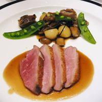 フランス産鴨胸肉のエマンセ 黒胡椒風味のジュー砂肝のコンフィときのこのボルドレーズ