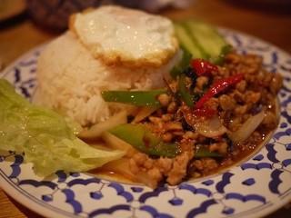 バジル炒め卵焼のせご飯
