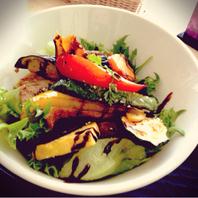 彩り野菜と自家製塩漬け豚網焼き丼