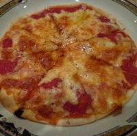 トマトソースとチーズのシンプルなピッツァ
