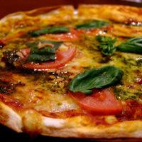 完熟トマトとモッツァレラのピッツァ