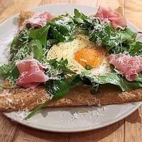 プロシュートとエッグ、カマンベールチーズのそば粉ガレット