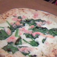 カニとほうれん草のピザ