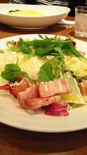 ベーコンと野菜サラダのオムライス