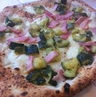 ズッキーニとベーコンのピザ