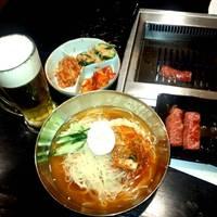 焼肉をたらふく食べた後のシメは「冷麺」! ツルツルの麺と甘辛いタレは、他では食べられません!