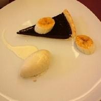 チョコレートタルト バニラアイスと飴をまとったバナナ