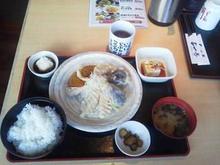北海道産天然秋鮭と旬野菜の甘辛たれ定食