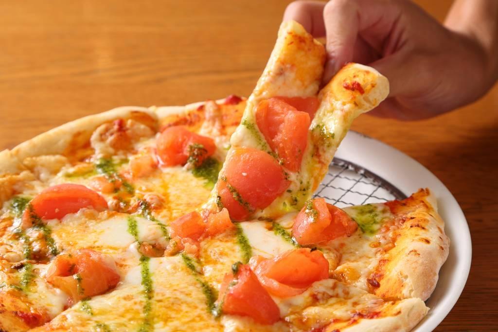 フレッシュトマト、バジル、モッツァレラチーズのピッツァ