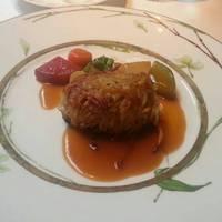 パリパリのじゃがいもをまとった仔羊のロースト 冬野菜のラグーとともに