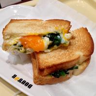 半熟卵とほうれん草サンド