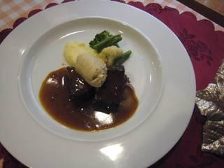 牛肉の赤ワイン煮込みフォアグラのムース添え