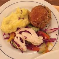 お楽しみ本日の前菜盛り合わせ(ライスコロッケ、さつまいものサラダ、チキンと彩り野菜)