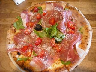レタスと生ハムのピザ