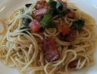 トマトとベーコンのバジリコペペロンチーノ