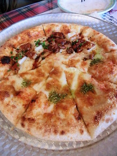 お餅と照り焼きチキンのピッツァとマルゲリータのハーフ