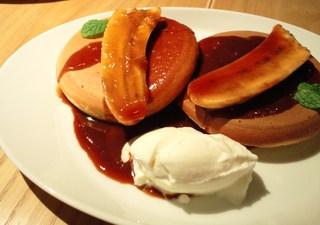 北海道小麦を使ったバナナのパンケーキ キャラメルソースがけ
